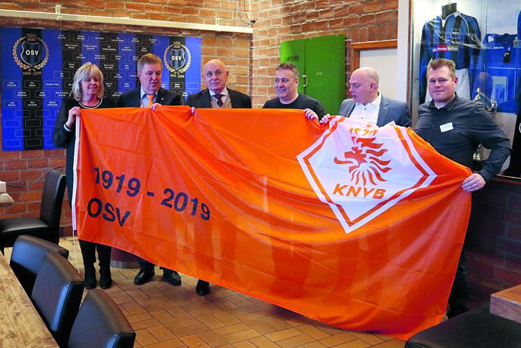 Michael van Praag geeft vlag aan 100-jarig OSV