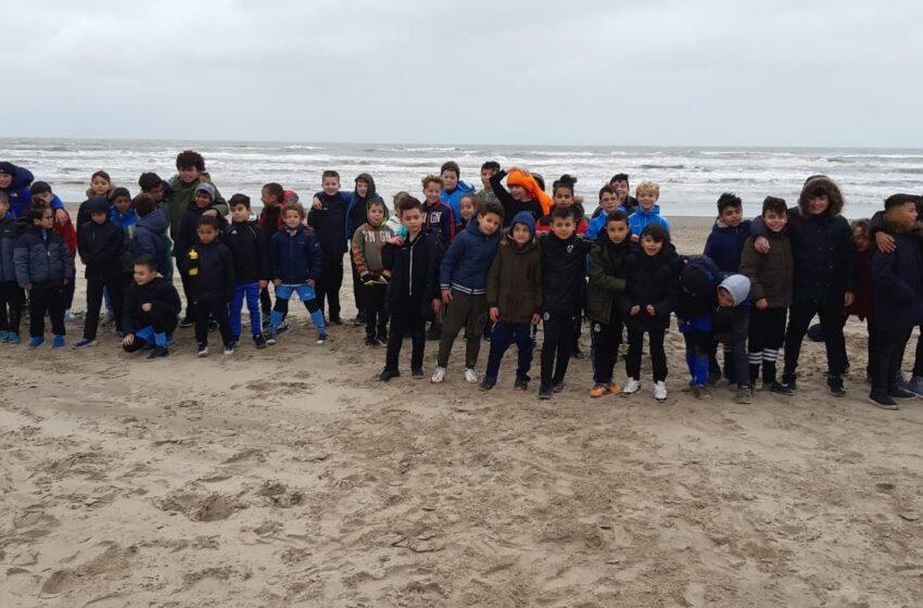 Strandtraining met jeugd van FC ZAANDAM