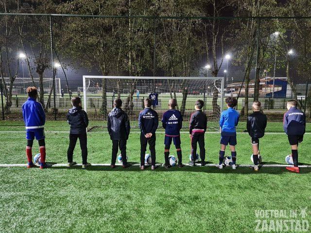 Spelers Fortuna-Wormerveer jo11 eren voetballegende Maradona op trainingsveld