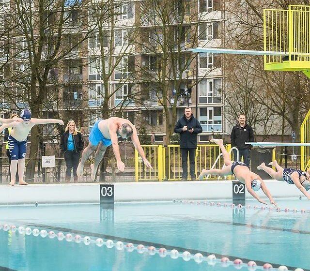 Wethouder van sport Gerard Slegers opent met mooie duik zwembad de Crommenije