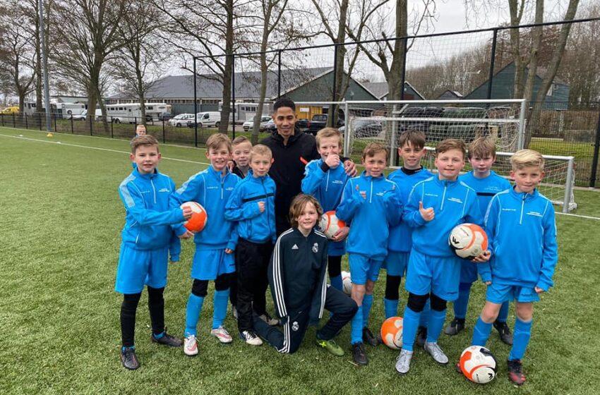 Gasttrainer Steven Pienaar aanwezig op zondagochtend training Voetbalschool Zaanpro