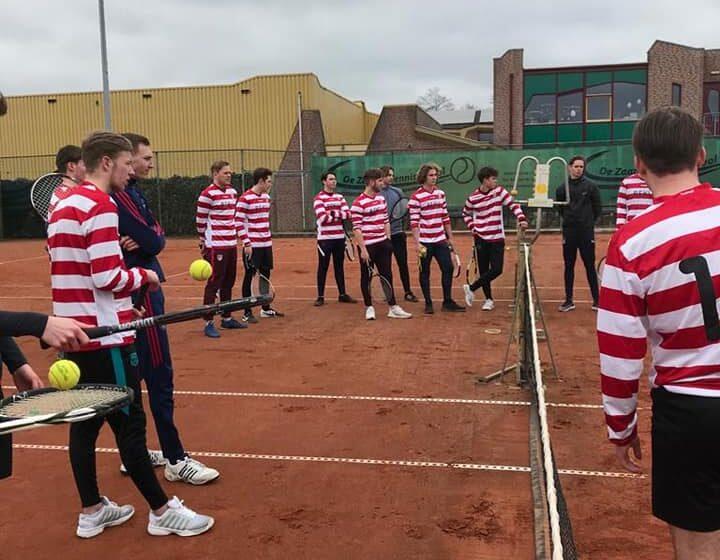 Bas Klaassen van De Zaanse Tennisschool geeft voetballers Sporting Krommenie JO-19 een geslaagde clinic