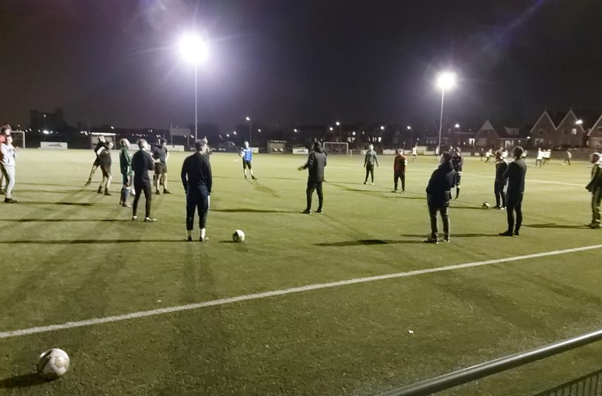 Eerste training na corona-pauze: 31 spelers op veld vv Knollendam