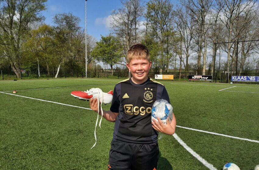 12 jarige Stan Durieux blij verrast met bal en voetbalschoenen