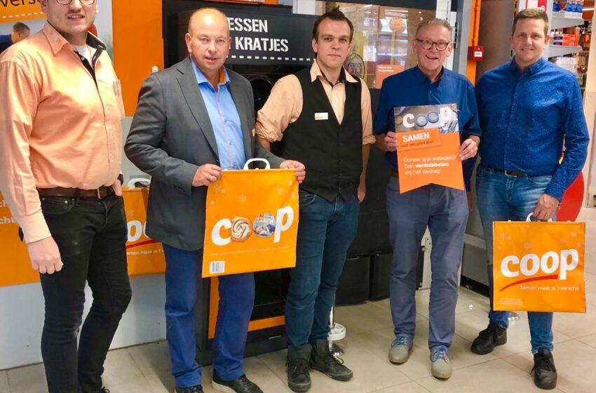 Lege flessen aktie COOP in Krommenie en plaatselijke voetbalclub Sporting herhaald